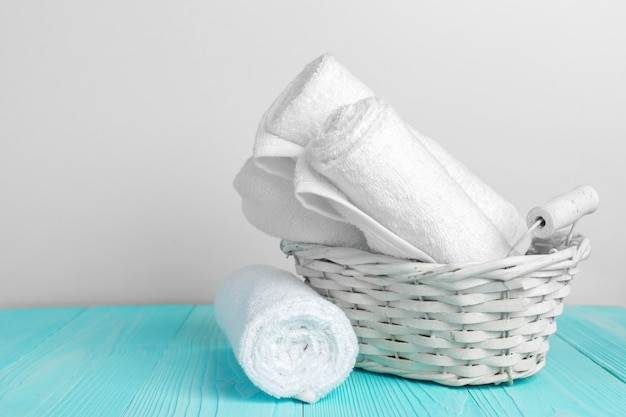 Saubere weiche tücher auf holztisch