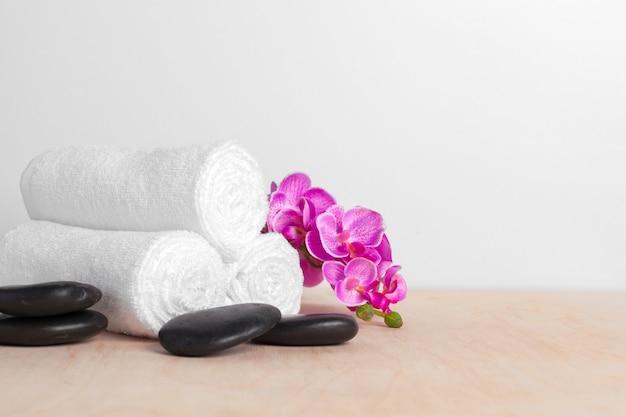 Saubere weiche tücher mit blume auf holztisch