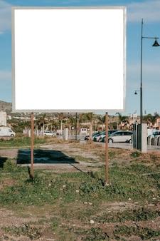 Saubere weiße plakatwand am straßenrand
