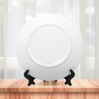 Sauberer teller oder keramische platte auf moderner küche