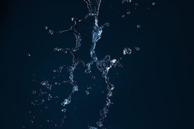 Sauberer wasserstrahl, der auf einen leeren schwarzen hintergrund fällt
