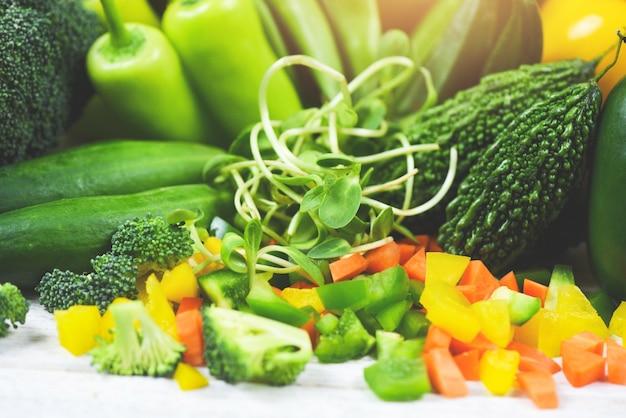 Sauberes essen des gesunden lebensmittels des frischgemüses und der früchte für herzlebencholesterindiätgesundheit - grünes gemüse mischte die auswahl, die im markt verschieden ist