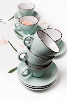 Sauberes geschirr, kaffee- oder teeservice. viele elegante porzellantassen, high key, vertikal