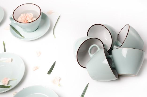 Sauberes geschirr, kaffee- oder teeservice. viele tassen, high key