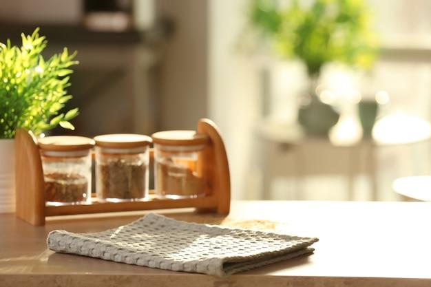Sauberes küchentuch auf dem tisch