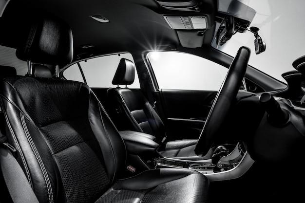 Sauberes modernes auto der konsole, schwarzes innendesign.