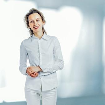 Sauberes modernes porträt einer reifen berufsgeschäftsfrau