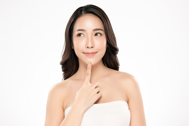 Sauberes neues konzept der schönen jungen asiatischen frau des porträts bloßen haut. asiatische mädchen schönheit gesicht hautpflege und gesundheit wellness, gesichtsbehandlung, perfekte haut, natürliche make-up,