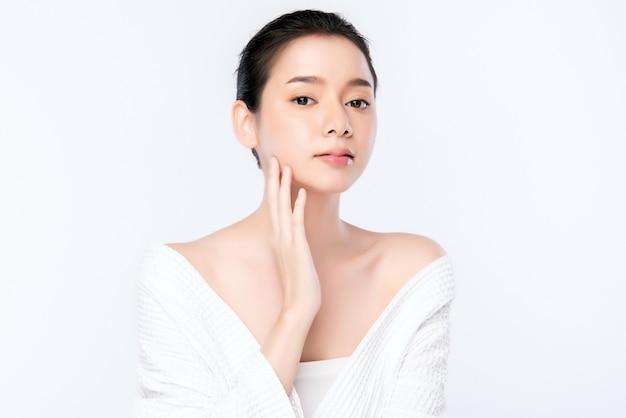 Sauberes neues konzept der schönen jungen asiatischen frau des porträts bloßen haut. asiatische mädchenschönheitsgesichts-hautpflege und gesundheitswellness, gesichtsbehandlung, perfekte haut, natürlich bilden, zwei