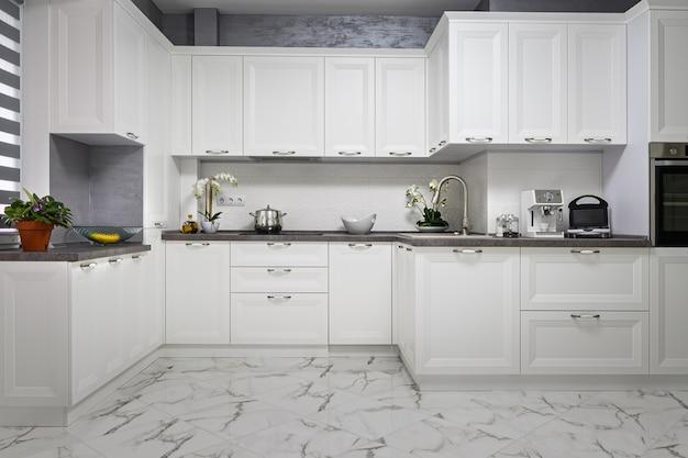 Sauberes und minimalistisches modernes weißes kücheninterieur
