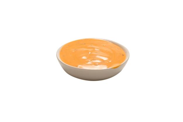 Sauce in einer schüssel auf weißem hintergrund. ansicht von oben.