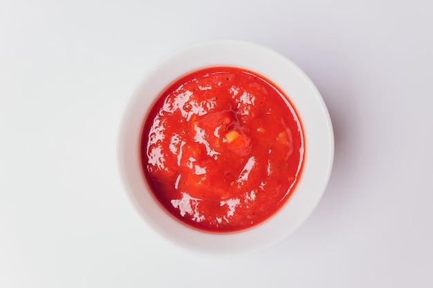 Sauce in schüssel isoliert auf weiß