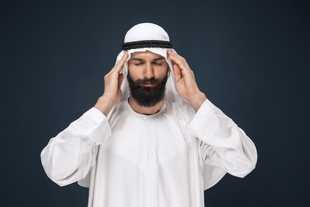 Saudi-araber auf dunkelblauer wand