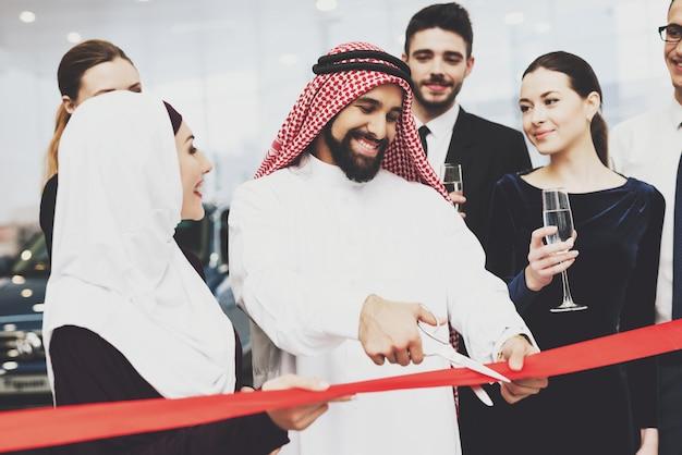 Saudi-arabischer mann und geschäftsfrau feierliche eröffnung