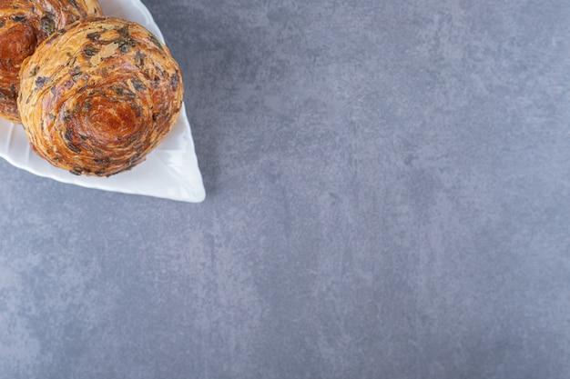 Sauerer gogal auf einem teller auf einem brett auf marmortisch.