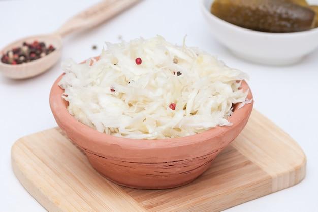 Sauerkraut in schüssel. bestes probiotisches, gesundes lebenskonzept.