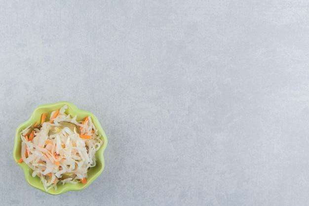 Sauerkraut mit karotte in einer schüssel