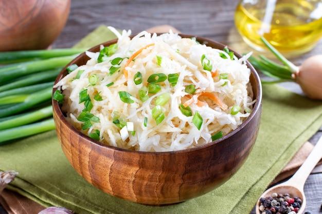 Sauerkrautsalat in einer holzplatte. gesundes essen, diätkost