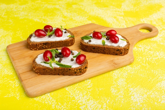 Sauerrahm-sandwiches mit hartriegel auf gelb