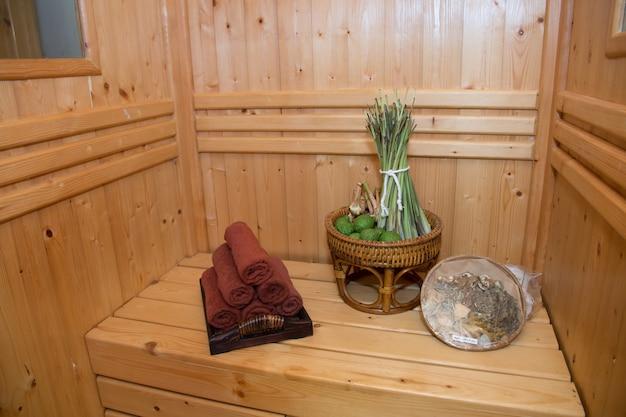 Saunaraum mit thailändischem kraut, thai-masage und spa