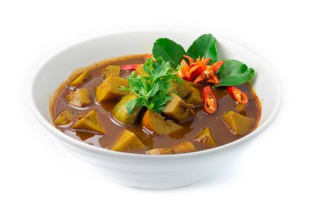 Saure curry-suppe der thailändischen fischorgane mit langem bohnenbambus