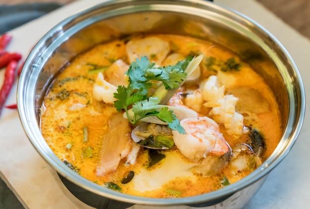 Saure meeresfrüchte suppe oder tom yum meeresfrüchte