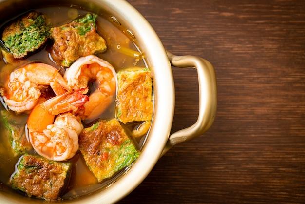 Saure suppe aus tamarindenpaste mit garnelen und gemüseomelett