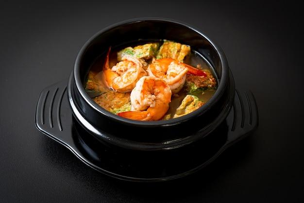 Saure suppe aus tamarindenpaste mit shrimps und gemüseomelett - asiatische küche