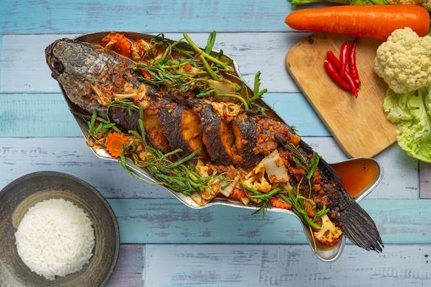 Saures curry mit schlangenkopffisch, scharfem garten-hot pot, thailändischem essen.