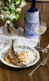 Saury geröstet mit weißer rise und zwiebeln
