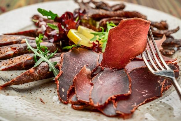 Sausageraw rauchte trockene pepperoniwurst der fleischkippe, gesundes und geschmackvolles lebensmittel.