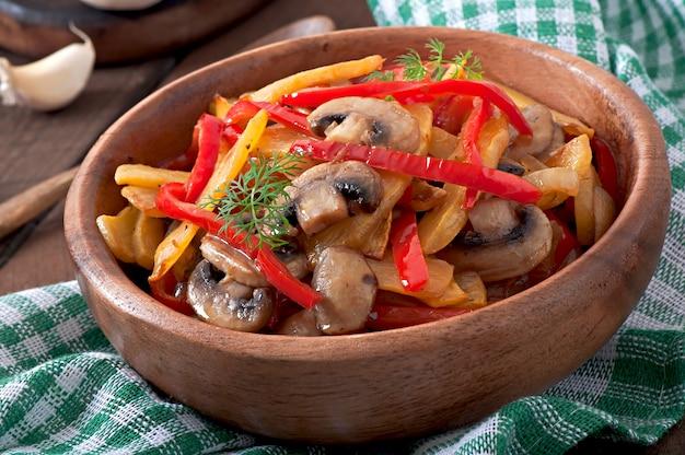 Sautierte champignons mit kürbis und paprika