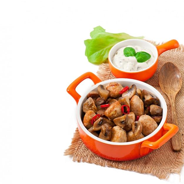 Sautiertes hähnchen mit pilzen