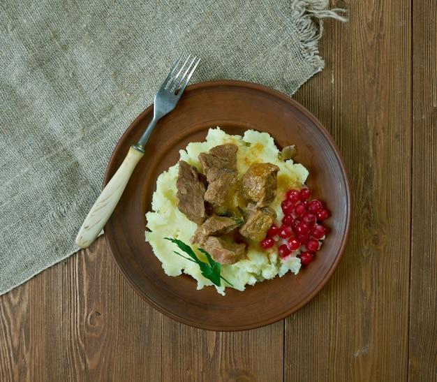 Sautiertes rentier-wildbretsteak, serviert mit kartoffelpüree und preiselbeeren