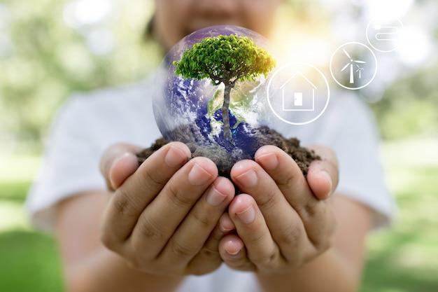Save world und innovationskonzept, mädchen mit kleinen pflanzen oder baumsetzlingen wachsen aus erde auf palme mit verbindungslinie, ökologie und naturschutzkonzept auf