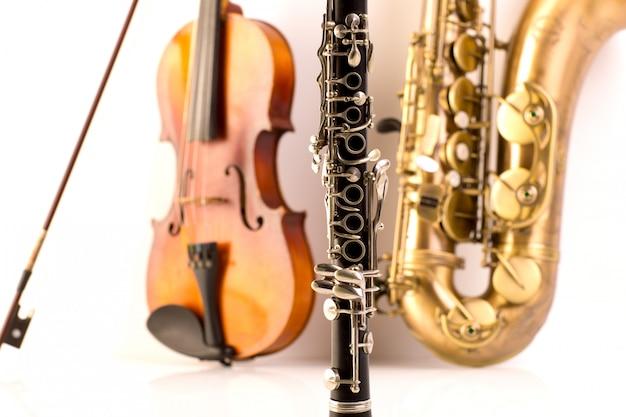 Sax-tenor-saxophon-violine und klarinette in weiß