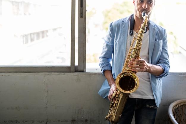 Saxophon-sinfonie-musiker jazz instrument concept