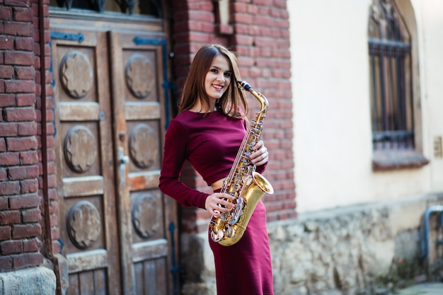 Saxophonistin saxophonistin, die saxophonmusikerin mit instrument spielt