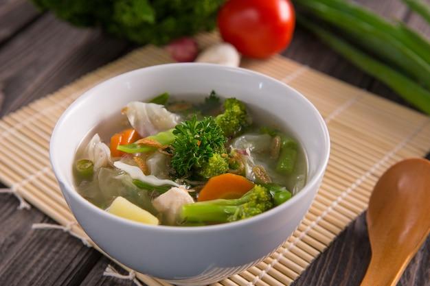 Sayur sop oder gemüsesuppe