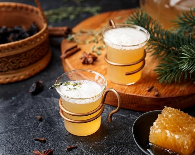Sbiten. heißes honiggetränk mit kräutern und gewürzen. russische tradition.