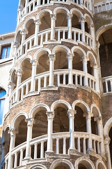 Scala contarini del bovolo - venezia italien / detail der scala contarini del bovolo des contarini-palastes in der stadt venezia (unesco-weltkulturerbe), venetien, italien