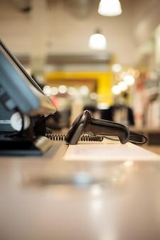 Scanner in der nähe der registrierkasse in einem riesigen einkaufszentrum