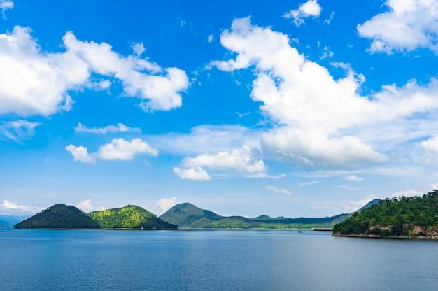 Scenery see und berg am srinagarind dam