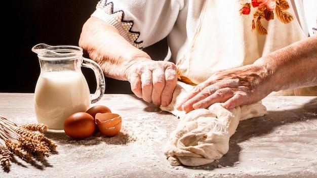 Schabbat- oder schabath-konzept. bäcker machen traditionelles jüdisches challa-brot traditionelles jüdisches schabbat-ritual