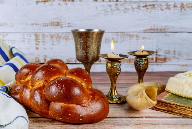 Schabbat shalom traditionelles jüdisches ritual challa brot, wein und kerzen
