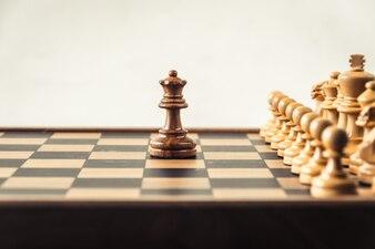 Schach an Bord weißen Backgroung. Konfrontationskonzept