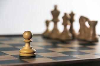 Schach an Bord, weißer Hintergrund