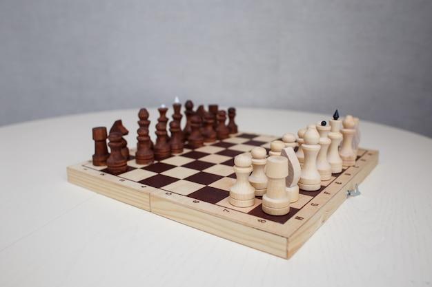 Schach auf dem tisch