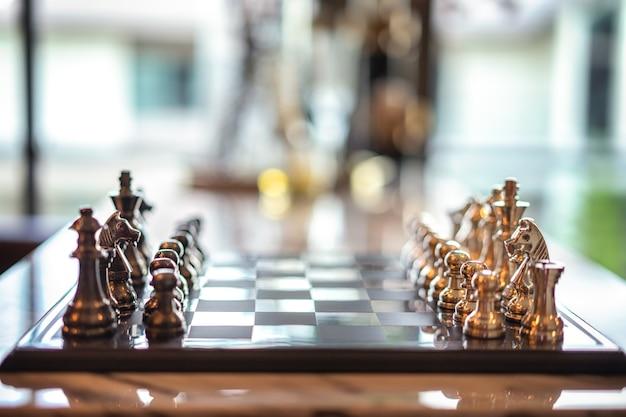 Schach auf einem schachbrett, schachturnier, sportspiel, geschäftskonzept, innenarchitektur.