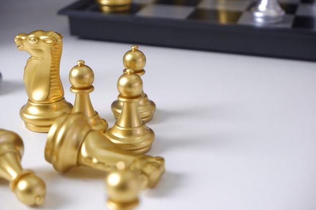 Schach auf weißer tabelle